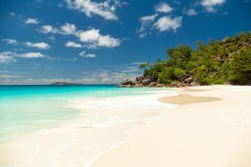 Jedna ze seychelských pláží