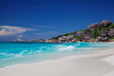 Seychely a jedna z romantických pláží