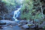 Seychelský ostrov Mahé s vodopádem